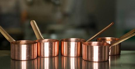 Cobreado de metales. cazuelas de cobre