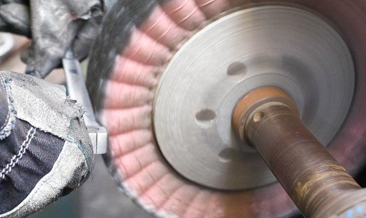 Pulido de metales. pulido con disco de franela