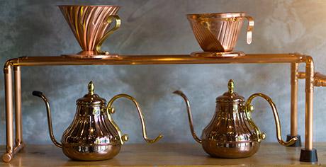 Cobreado de metales. teteras de color cobre